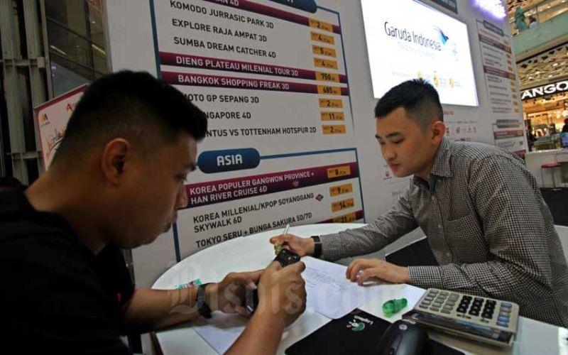Calon penumpang mencari informasi penerbangan di salah satu pameran wisata di Jakarta, Minggu (1/3/2020). Bisnis - Arief Hermawan P