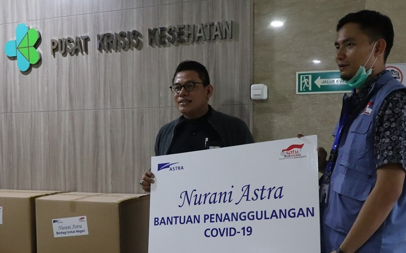 Team Leader Environment & Social Responsibility Astra Mohammad Taufan (kanan) menyerahkan bantuan kepada Kepala Bagian Tata Usaha Pusat Krisis Kesehatan Kementerian Kesehatan RI Rosidi Roslan (kiri) di Jakarta (23/3). - dokumen Astra