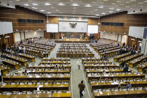 Anggota DPR mengikuti Sidang Paripurna di Kompleks Parlemen, Senayan, Jakarta, Selasa (27/1/2015). - Antara/Sigid Kurniawan