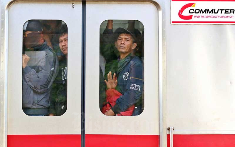 Penumpang berada di dalam Kereta Rel Listrik (KRL) di Stasiun Pondok Ranji, Tangerang Selatan, Banten, Senin (23/3/2020).  Bisnis - Eusebio Chrysnamurti