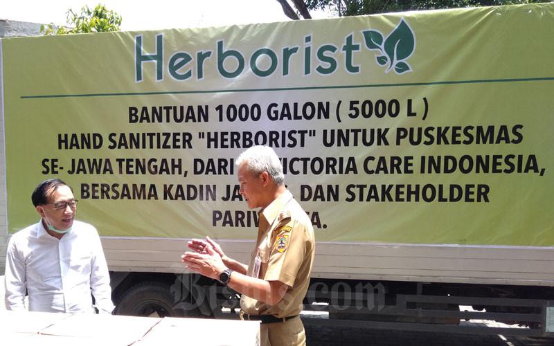 Gubernur Jawa Tengah Ganjar Pranowo (kanan) saat berbincang dengan Presiden Direktur PT Victoria Care Indonesia, Billy Hartono Salim. - Bisnis/Alif Nazzala Rizqi