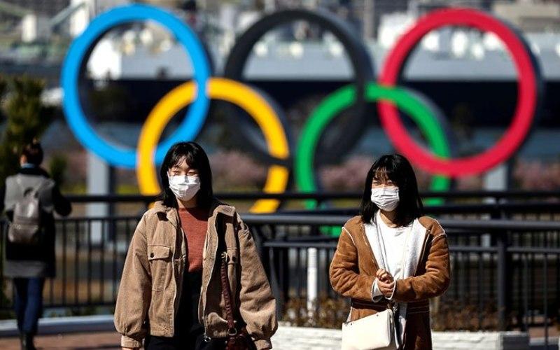 Sejumlah wanita mengenakan masker untuk mencegah virus corona saat melintas di Odaiba Marine Park, Tokyo, Jepang, (27/2 - 2020)  -  Antara.