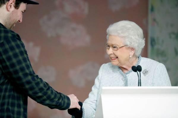 Ratu Elizabeth saat menghadiri peragaan busana karya desainer Richard Quinn di London. - Istimewa