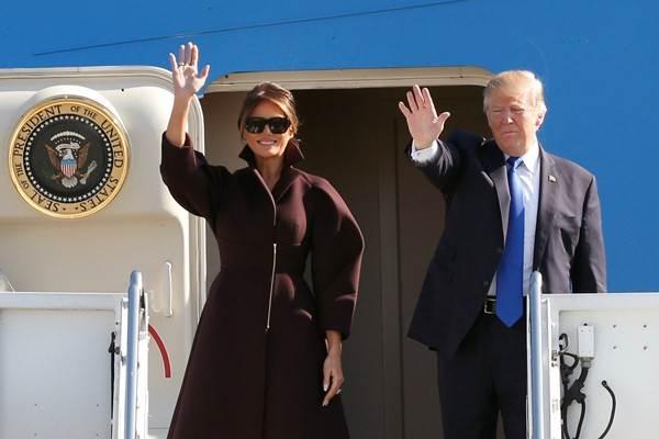 Presiden Amerika Serikat, Donald Trump, dan Ibu Negara Amerika Serikat, Melania Trump, menaiki Air Force One saat mereka berangkat menuju Seoul dari Pangkalan Angkatan Udara Amerika Serikat Yokota berlokasi di Fussa, pinggiran kota Tokyo, Jepang, Selasa (7/11/2017). - Reuters