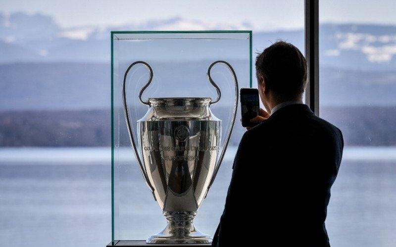Seorang pria mengambil gambar trofi Liga Champions Eropa di markas besar UEFA pada 28 Februari 2020 di Nyon - Antara