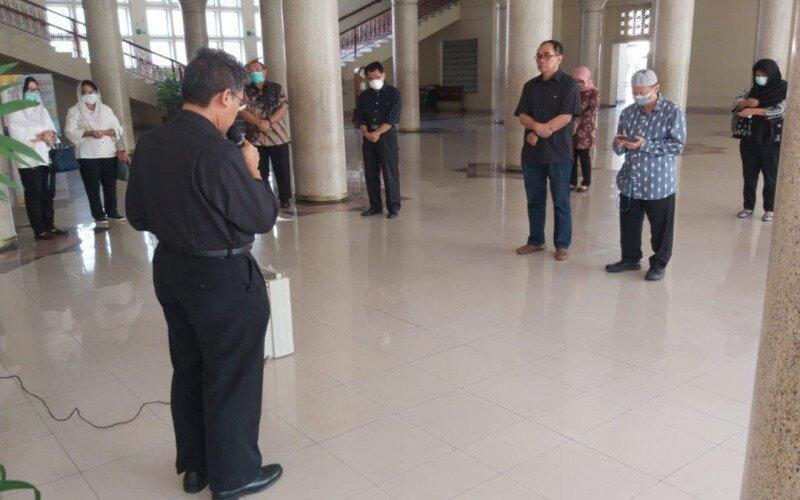 Pihak Rektorat UGM menggelar do'a bersama di Balairung UGM, Yogyakarta, Selasa (24/3/2020), untuk guru besar UGM berinisial ID yang sebelumnya dinyatakan positif Covid-19. - Antara/Humas UGM