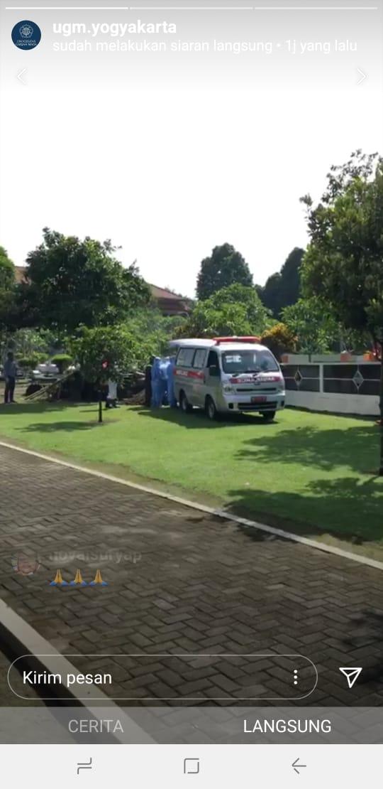 Proses pemakaman Guru Besar Fakultas Kedokteran UGM di Pemakaman Sawit Sari UGM, Yogyakarta, Selasa (24/3/2020). - Instagram@ugm.yogyakarta