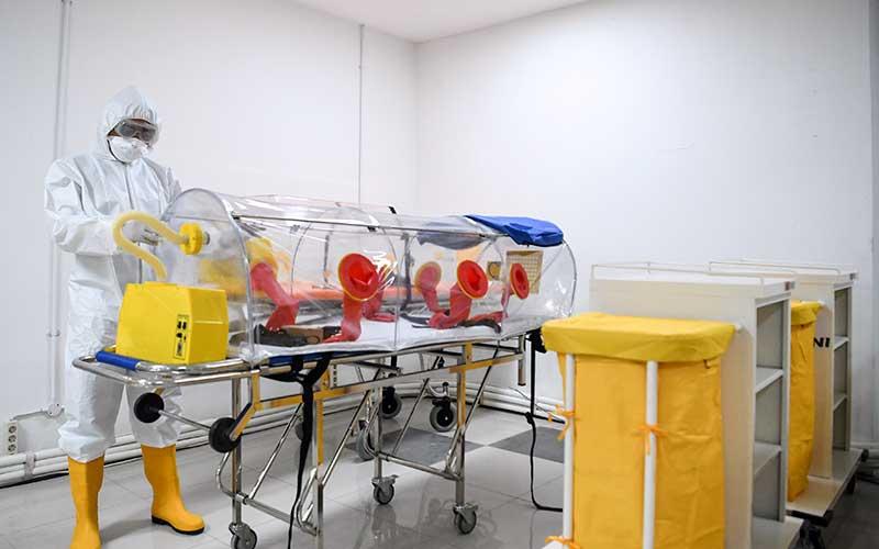 Petugas kesehatan memeriksa alat kesehatan di ruang IGD Rumah Sakit Darurat Penanganan Covid-19 Wisma Atlet Kemayoran, Jakarta, Senin (23/3/2020). Rumah Sakit Darurat Penanganan Covid-19 Wisma Atlet Kemayoran itu siap digunakan untuk menangani 3.000 pasien. - Antara/Hafidz Mubarak A