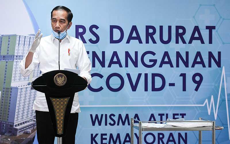 Presiden Joko Widodo memberikan keterangan pers saat meninjau Rumah Sakit Darurat Penanganan COVID-19 Wisma Atlet Kemayoran, Jakarta, Senin (23/3/2020). Presiden Joko Widodo memastikan Rumah Sakit Darurat Penanganan COVID-19 Wisma Atlet Kemayoran siap digunakan untuk menangani 3.000 pasien. ANTARA FOTO/Hafidz Mubarak A - Pool