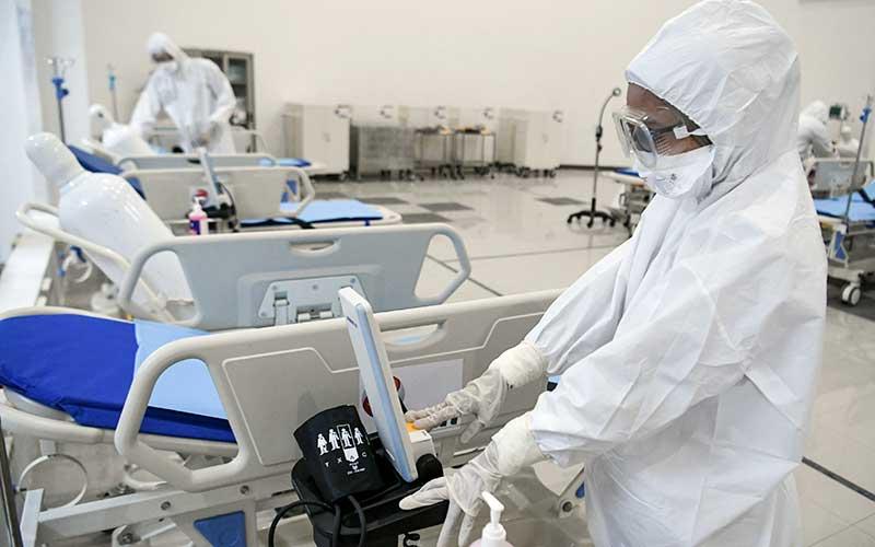 Ilustrasi-Petugas kesehatan memeriksa alat kesehatan di ruang IGD Rumah Sakit Darurat Penanganan COVID-19 Wisma Atlet Kemayoran, Jakarta, Senin (23/3/2020). Rumah Sakit Darurat Penanganan COVID-19 Wisma Atlet Kemayoran itu siap digunakan untuk menangani 3.000 pasien. - ANTARA/Hafidz Mubarak A