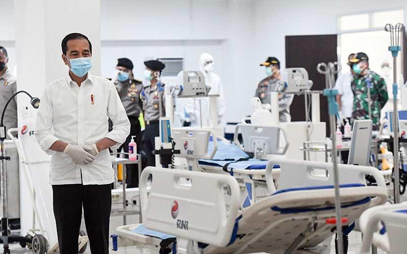 Presiden Joko Widodo melihat peralatan medis di ruang IGD saat meninjau Rumah Sakit Darurat Penanganan COVID-19 Wisma Atlet Kemayoran, Jakarta, Senin (23/3/2020). Presiden Joko Widodo memastikan Rumah Sakit Darurat Penanganan COVID-19 Wisma Atlet Kemayoran siap digunakan untuk menangani 3.000 pasien. ANTARA FOTO/Hafidz Mubarak A - Pool