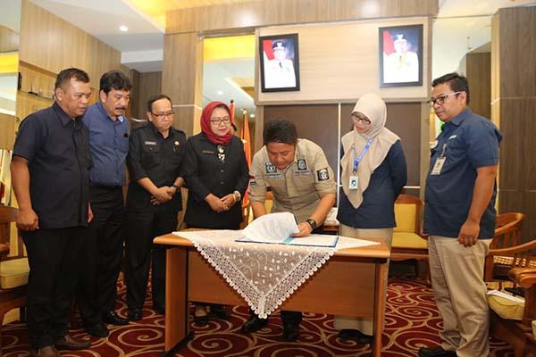 Gubernur Sumsel Herman Deru menandatangani MoU dengan BPJS Kesehatan terkait kepesertaan program BPJS Kesehatan. Istimewa