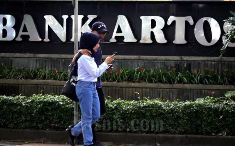 Warga melintas di depan kantor Bank Artos di Bandung, Jawa Barat. - Bisnis/Rachman