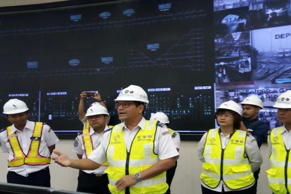 Dirjen Perkeretaapian Kemenhub Zulfikri (tengah) saat menjelaskan Operation Control Center LRT Palembang, Sumatra Selatan, Rabu (1/8). - JIBI/Rio Sandy