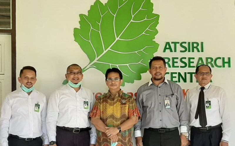 Manajemen Bank Aceh Syariah yang dipimpin Direktur Dana dan Jasa Amal Hasan (kedua kanan) berkunjung ke Atsiri Research Centre (ARC) Unsyiah di Banda Aceh. Rombongan diterima oleh Kepala ARC Unsyiah Syaifullah Muhammad (tengah). - Antara