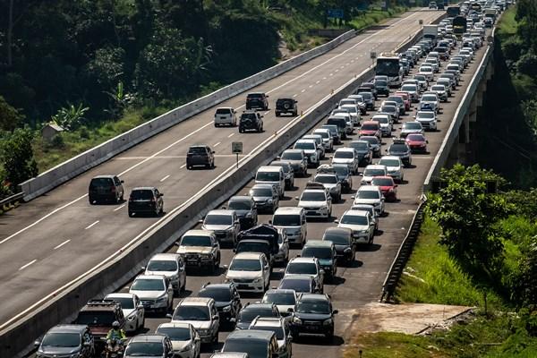 Kendaraan roda empat yang didominasi pemudik melintas di Jalan Tol Trans Jawa Semarang-Solo Km 427, Ungaran, Kabupaten Semarang, Jawa Tengah, Minggu (2/6/2019). - ANTARA / Aji Styawan