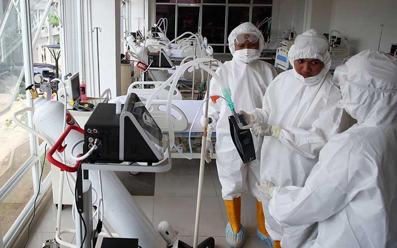 Petugas medis memeriksa kesiapan alat di ruang ICU Rumah Sakit Darurat Penanganan COVID-19 Wisma Atlet Kemayoran, Jakarta, Senin (23/3/2020). - Antara