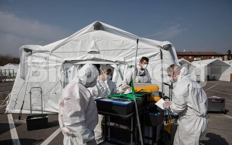 Ilustrasi-Petugas kesehatan di Spanyol menggunakan kantong sampah sebagai alat pelindung diri saat menolong pasien virus corona Coovid-19. - Bloomberg