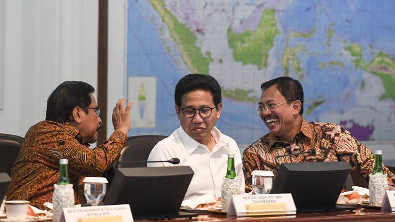 Menteri Kesehatan Terawan Agus Putranto (kanan) berbincang dengan Menteri ATR/Kepala BPN Sofyan Djalil (kiri) dan Mendes PDTT Abdul Halim Iskandar (tengah) sebelum mengikuti rapat terbatas (ratas) tentang peningkatan peringkat pariwisata Indonesia di Kantor Presiden, Jakarta, Senin (17/2/2020). - ANTARA / Hafidz Mubarak A