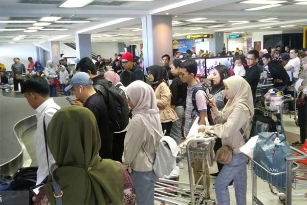 Dokumentasi. Pemudik di area kedatangan penumpang Bandara Internasional Minangkabau di Padang Pariaman, Sumbar.  - ANTARA