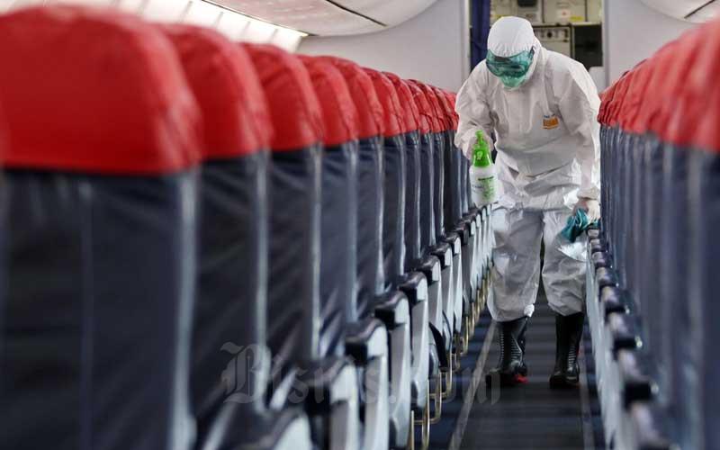 Petugas melakukan penyemprotan cairan disinfektan saat proses sterilisasi pada pesawat Lion Air Boeing 737-800 di Bandara Soekarno-Hatta, Tangerang, Banten, Selasa (17/3/2020). Bisnis - Eusebio Chrysnamurti