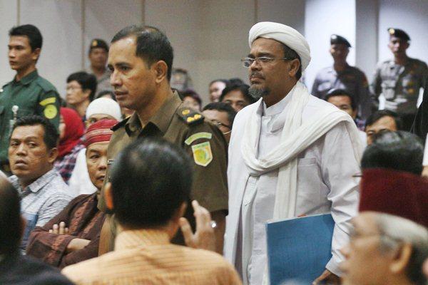 Pendiri Front Pembela Islam (FPI) Rizieq Shihab (kanan). - Antara/Ramdani