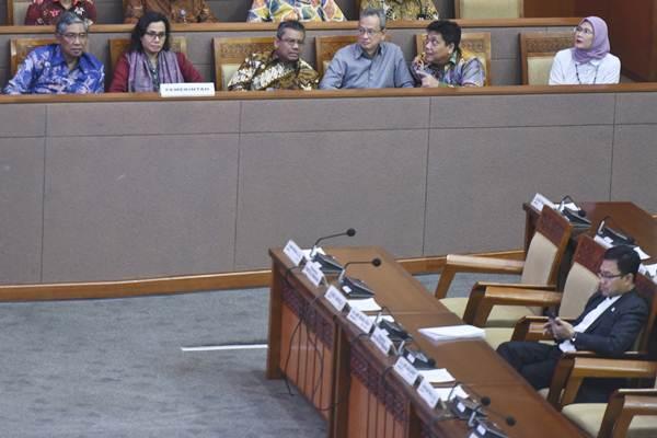 Menteri Keuangan Sri Mulyani (kedua kiri) didampingi Wakil Menteri Keuangan Mardiasmo (kiri) bersiap memberikan tanggapan pemerintah terhadap pandangan fraksi atas kebijakan fiskal RAPBN 2019 pada Rapat Paripurna DPR di Kompleks Parlemen Senayan, Jakarta, Kamis (31/5/2018). - Antara/Hafidz Mubarak A
