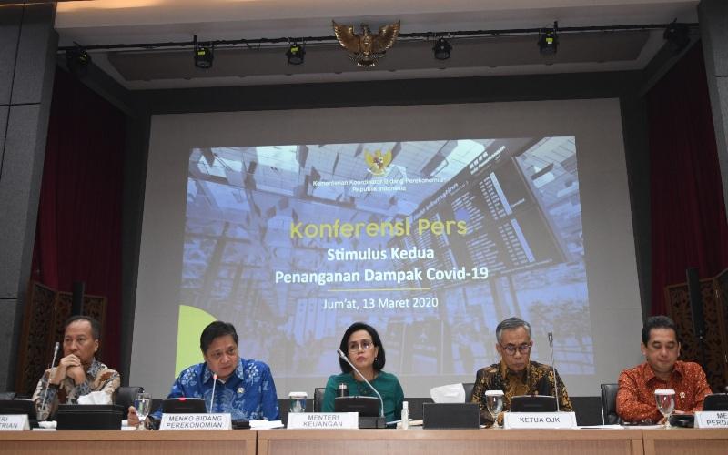 Menteri Keuangan Sri Mulyani (ketiga kiri) bersama Menko Perekonomian Airlangga Hartarto (kedua kiri), Menteri Perindustrian Agus Gumiwang Kartasasmita (kiri), Ketua OJK Wimboh Santoso (kedua kanan), dan Menteri Perdagangan Agus Suparmanto (kanan) saat memberikan keterangan terkait Stimulus Kedua Penanganan Dampak Covid-19 di kantor Kemenko Perekonomian, Jakarta, Jumat (13/3/2020). - ANTARA FOTO/Muhammad Adimaja