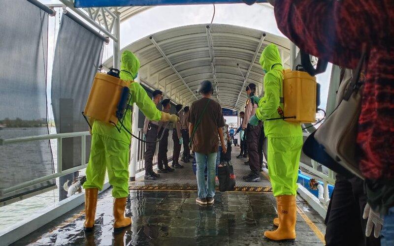 TKI asal Malaysia saat sampai di pelabuhan Internasional Batam Centre, Batam pada Selasa (24/3/2020). Mereka yang dinyatakan steril melalui pemeriksaan suhu di pelabuhan langsung dibawa ke RPTC Tanjungpinang. - Bisnis/Bobi Bani.