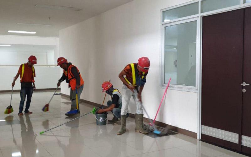Sejumlah pekerja sedang membersihkan lantai di Wisma Atlet Kemayoran yang akan dijadikan sebagai Rumah Sakit Darurat Penanganan Covid/19.Dok. Istimewa