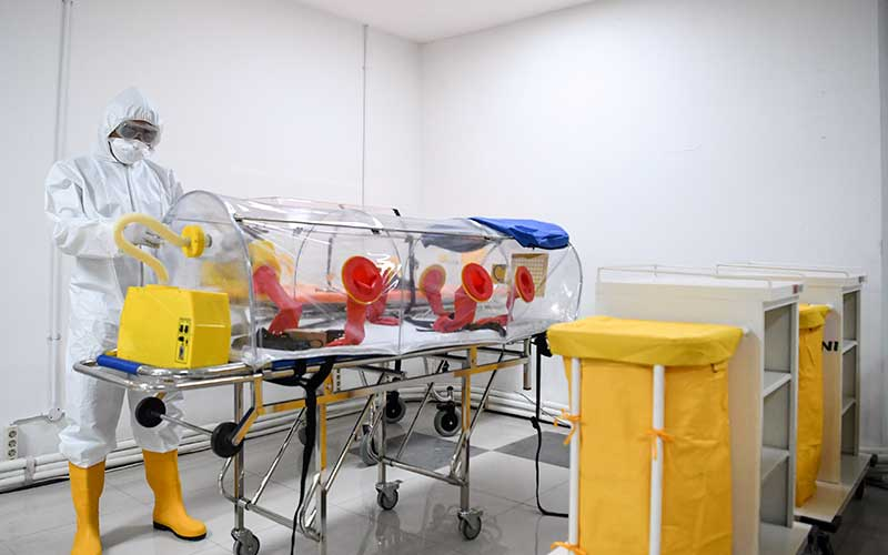 Petugas kesehatan memeriksa alat kesehatan di ruang IGD Rumah Sakit Darurat Penanganan COVID-19 Wisma Atlet Kemayoran, Jakarta, Senin (23/3/2020). - Antara/Hafidz Mubarak A