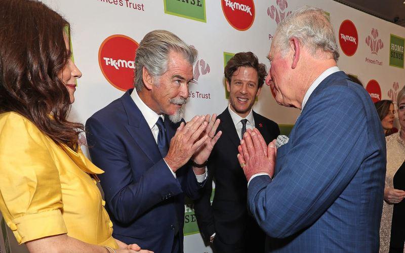 Pangeran Charles melakukan salam Namaste dengan Pierce Brosnan pada Prince's Trust Awards (Sumber: getty images)
