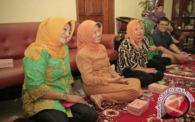Dua kiri, Sujiatmi Notomiharjo (ibu Presiden Joko Widodo) telah meninggal dunia. - Antaranews