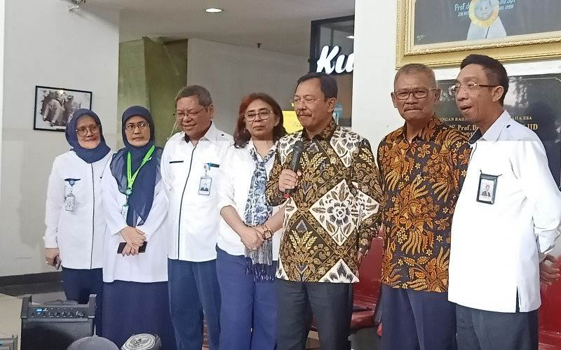 Menteri Kesehatan Terawan didampingi sejumlah tim medis RSUP Persahabatan Jakarta Timur dalam konferensi pers di Jakarta, Kamis (12/3/2020). - ANTARA/Andi Firdaus