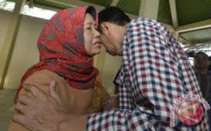 Presiden Jokowi meminta restu kepada ibunya, Sujiatmi Notomihardjo (kiri). (ANTARA FOTO - Widodo S. Jusuf)