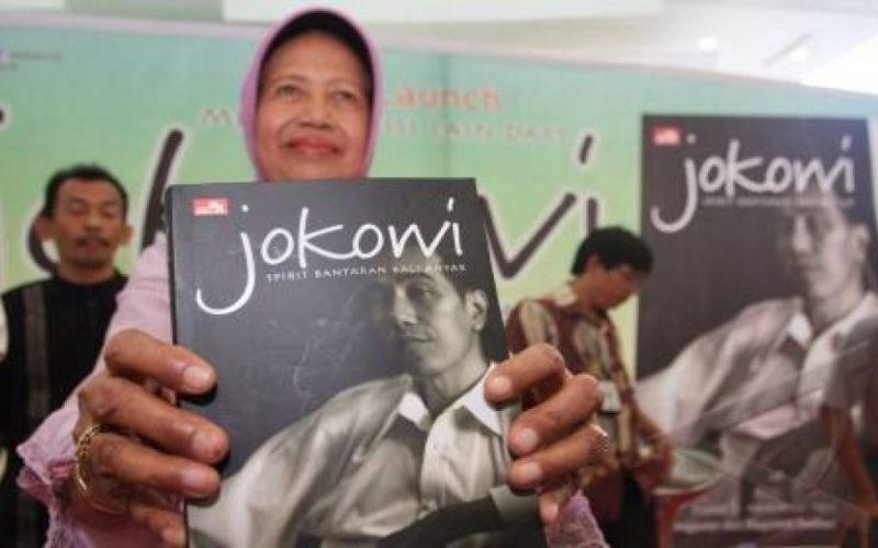 Ibu Presiden RI ke-7 Jokowi, Sujiatmi Notomiharjo memegang buku dengan judul Jokowi. - Antara