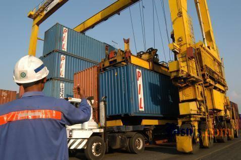 ilustrasi / Petugas memandu penurunan peti kemas di Pelabuhan Belawan