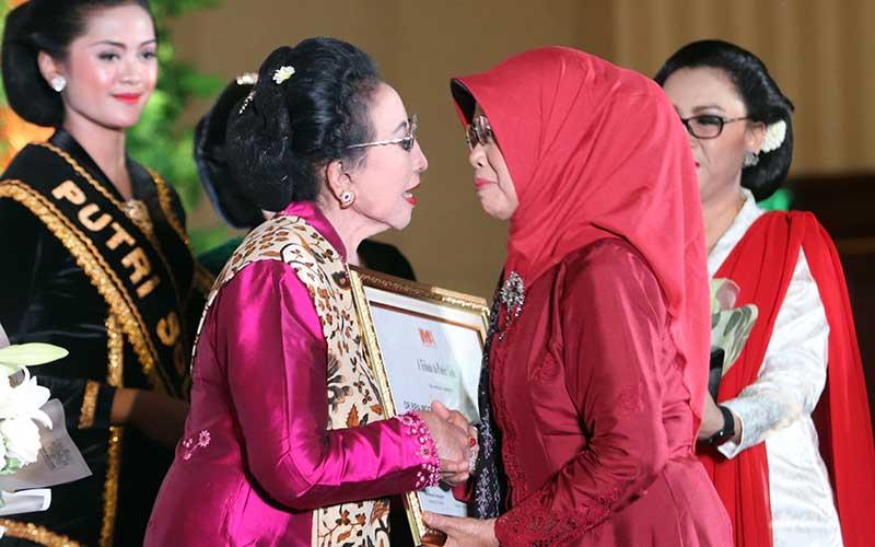 Ibunda Presiden Jokowi Sujiatmi Notomiharjo (kanan) menyerahkan penghargaan kepada Dr.BRA.Moeryati Sudibyo saat puncak acara Rakernasus Indonesia Marketing  Assosiation 2018 di The Sunan hotel, Sabtu (15/9/2018). JIBI/SOLOPOS - Sunaryo Haryo Bayu
