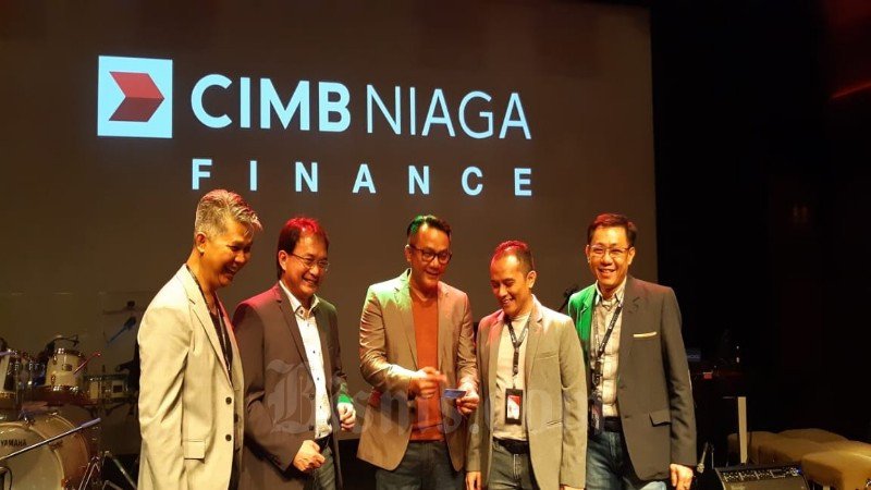 Direktur CIMB Niaga Finance (dari kiri-kanan) Antonius Herdaru (Chief of Credit & Risk), Danis V Bimawan (Collection & Recovery Director), Ristiawan (President Director), M Imron Rosyadi Nur (Finance & Strategy director), dan Kurniawan Kartawinata (Sales & Acquisition Director) setelah peluncuran logo baru perusahaan di Jakarta, Senin (9/3/2020) - Bisnis / Arif Gunawan