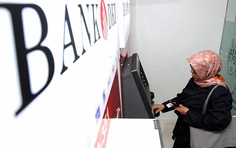 ilustrasi - Nasabah melakukan transaksi elektronik di salah satu ATM milik Bank DKI di Jakarta, Selasa (20/8/2019). Bisnis - Arief Hermawan P