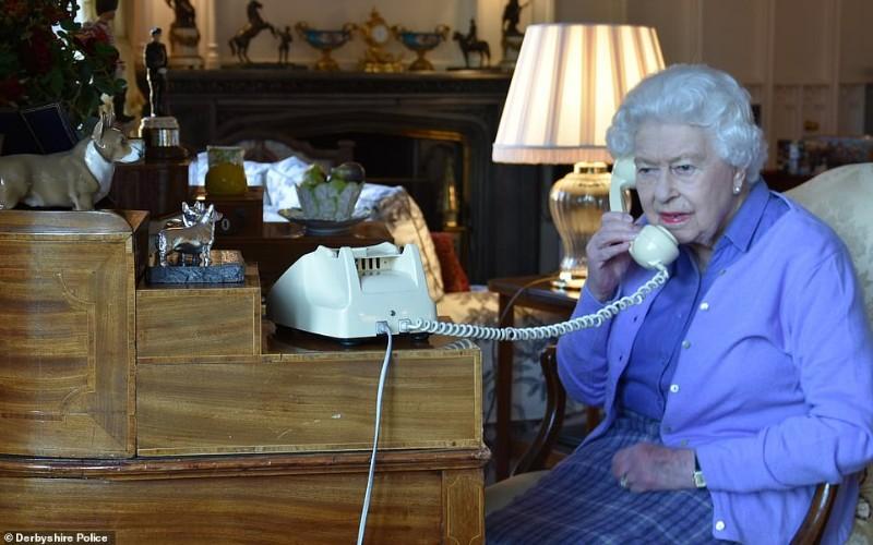Ratu Elizabeth II berbicara dengan Perdana Menteri Inggris Boris Johnson untuk memberi selamat tentang sukarelawan yang melangkah maju membantu National Health Service melalui krisis virus corona