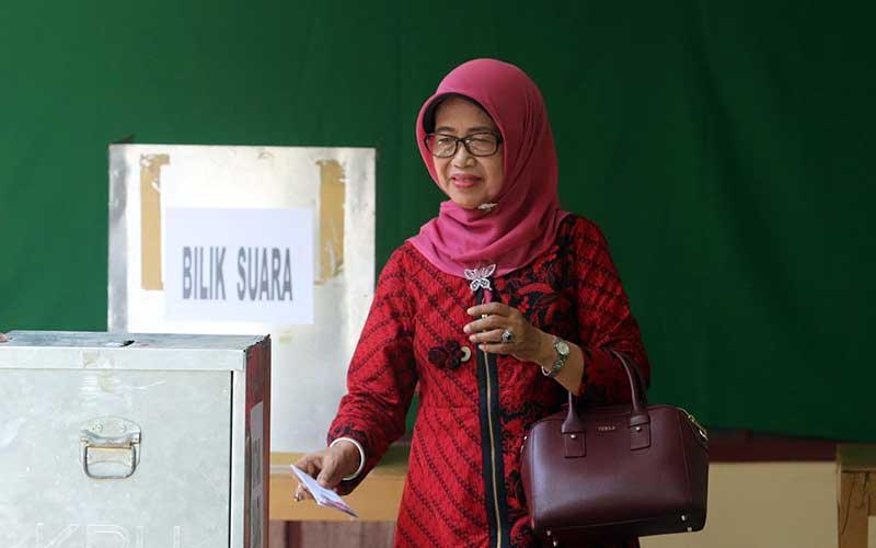Ibunda Presiden Jokowi Sujiatmi Notomiharjo saat mencoblos di TPS 23 Manahan, Solo, dalam Pilgub Jateng Rabu (27/6/2018). - JIBI/Sunaryo Haryo Bayu