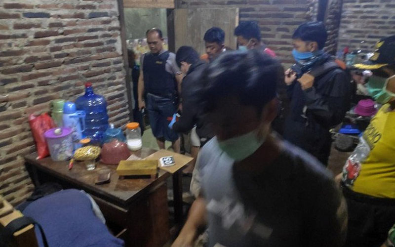 Petugas menggeledah rumah terduga teroris di Dukuh Ngepung, Subah, Kabupaten Batang, Jawa Tengah, Rabu (25/3/2020). - Antara