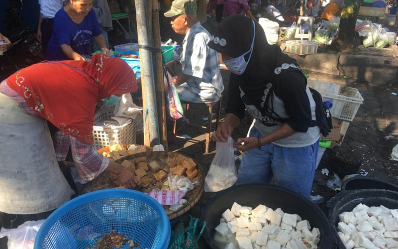 Pedagang tahu menunjukkan dagangan tahunya yang mengalami penyusutan ukuran pada Rabu (25/3/2020) di Pasar Wates, Kapanewon Wates. - Harian Jogja/Catur Dwi Janati