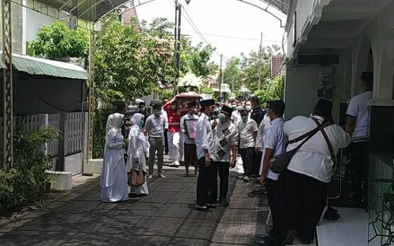Presiden Joko Widodo saat akan memasuki Masjid Baiturrahman, Banyuanyar, Kamis (6/3/2020) untuk menyolatkan almarhum Ibundanya./Istimewa - Sekretaris Kepresidenan