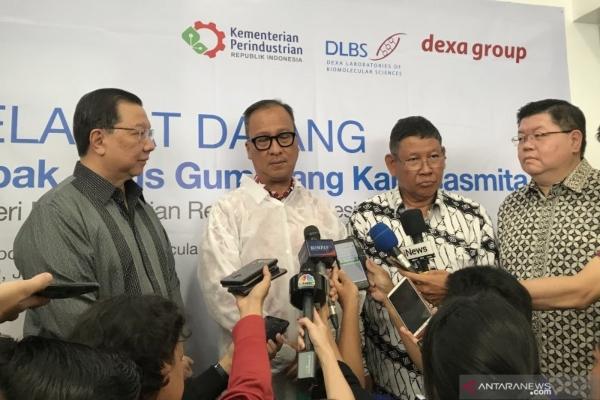 Menteri Perindustrian Agus Gumiwang Kartasasmita bersama direksi Dexa Group usai meninjau Pusat Riset Obat Modern Asli Indonesia di Dexa Laboratories of Biomolecular Sciences di Cikarang, Bekasi, Rabu. (ANTARA -  Sella Panduarsa Gareta)