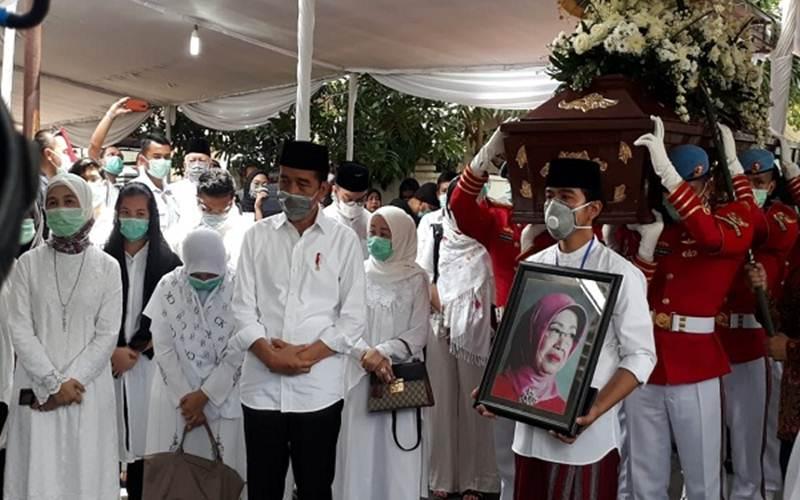 Upacara pemakaman ibunda Presiden Jokowi, Sujiatmi Notomiharjo, di Mundu, Selokaton, Gondangrejo, Karanganyar, Jawa Tengah (Jateng), Kamis (26/3/2020) siang. - Solopos/Nicolous Irawan