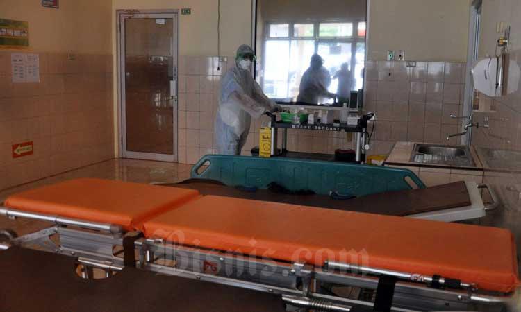 Petugas medis berada di dalam ruangan infeksius Rumah Sakit Umum Pusat (RSUP) Adam Malik Medan, Sumatera Utara, Rabu (4/3/2020). Pihak RSUP Adam Malik mengumumkan empat warga yang dirawat rumah sakit itu terkait dugaan COVID-19 dinyatakan negatif dan tiga orang diantaranya sudah dipulangkan. ANTARA FOTO - Septianda Perdana