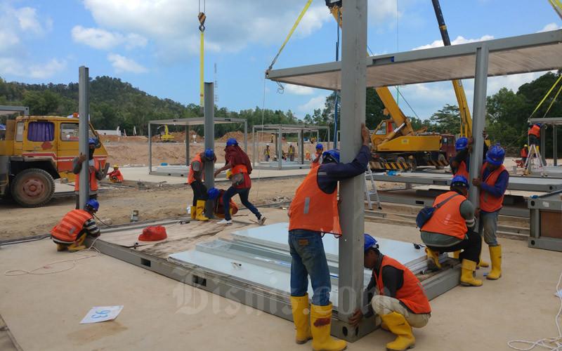 Proyek pembangunan ruang observasi dan isolasi pasien infeksi virus di Pulau Galang, Batam. - Bisnis/Bobi Bani