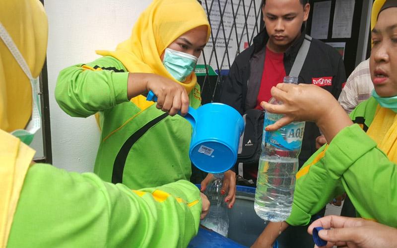 Pembuatan hand sanitizer oleh Pemkot Palembang. Foto: istimewa